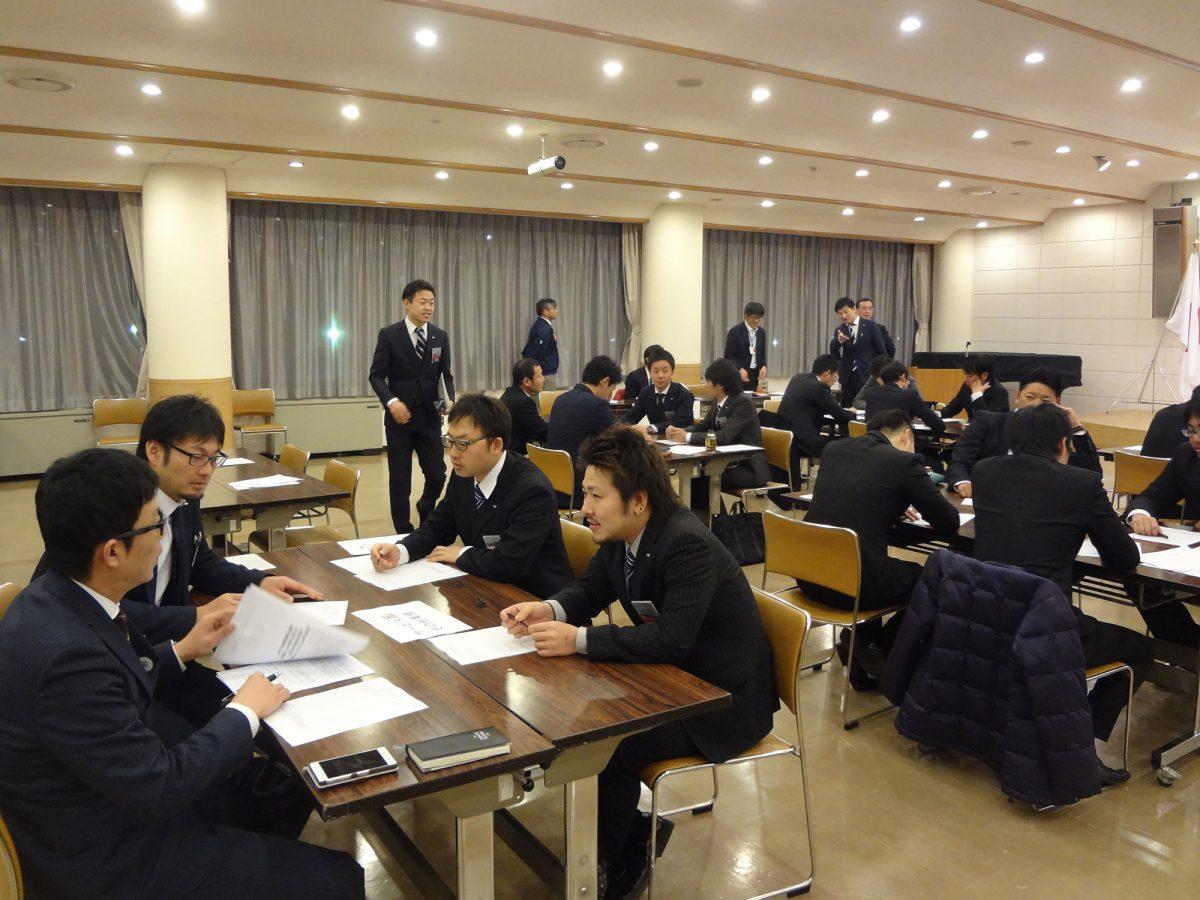 ご講演の後はレイアウトを変えて、メンバーそれぞれが従事する職業の業種ごとにディスカッションを行いました。