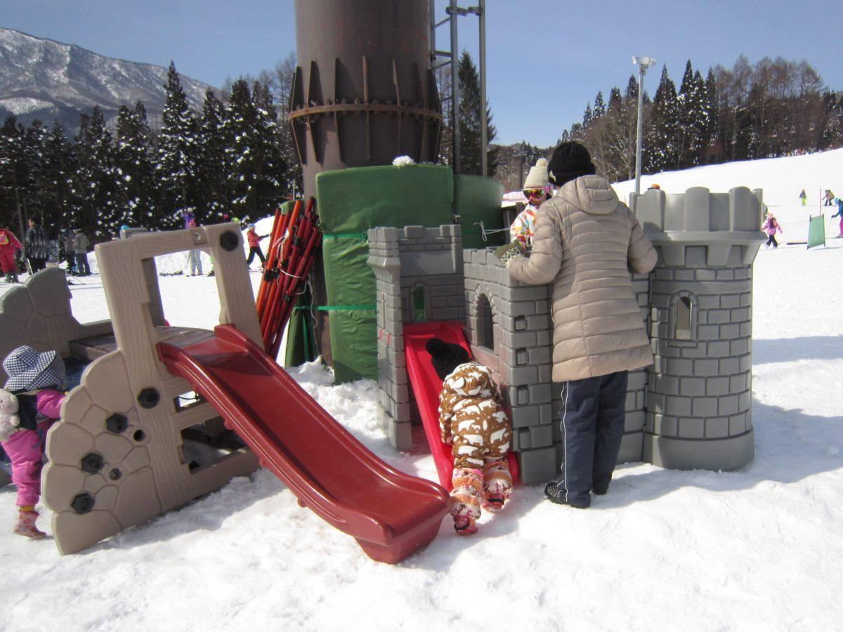 小さいお子さんは、雪上の遊具でも遊んでいました。