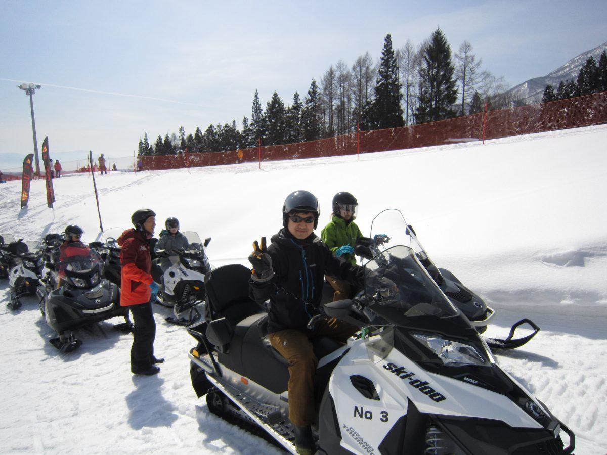 コチラはスノーモービルに乗って雪原を走ります。