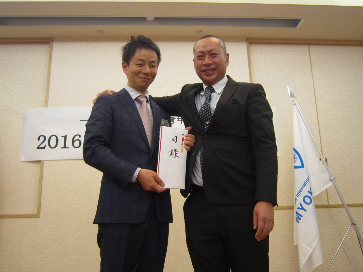 浜田先輩と中田理事長。浜「例会などで使ってね!」中「ありがとうございます!!」