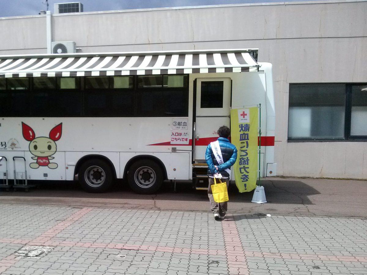 入り口付近には献血のバスもありました。