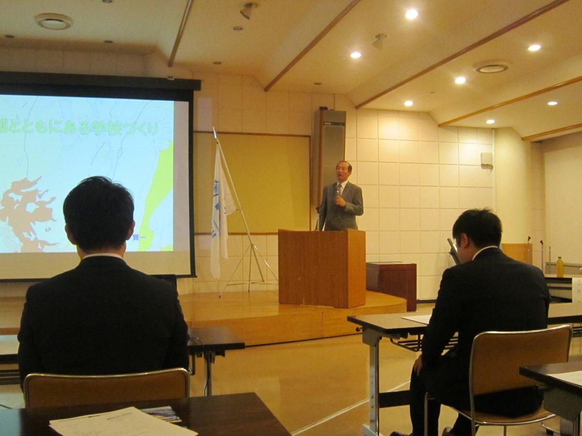 講師に、大山賢一様をお招きしました。上越市立春日新田小学校で校長先生を務められ、文部科学省のCS(コミュニティスクール)マイスターという役職もお持ちです。