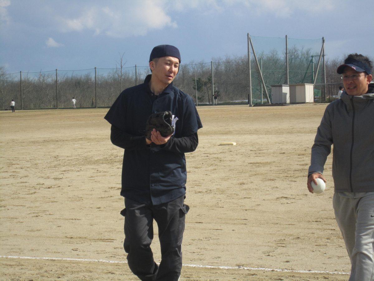 歩きながら談笑する山﨑副理事長(左)と小林副理事長(右)です。