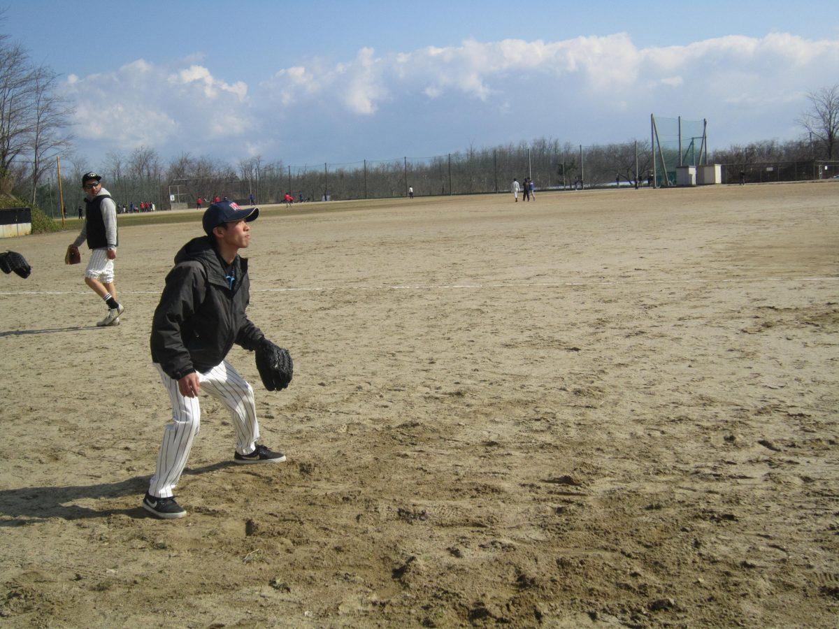 吉田専務、飛んでくるボールを真剣に見つめています。