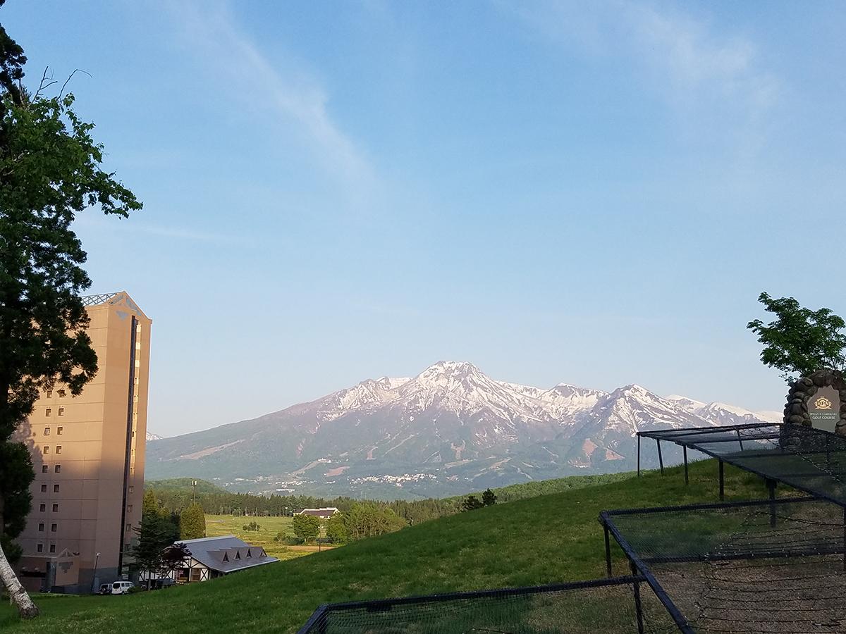 妙高山を、会場のアパリゾート上越妙高から撮影。夏秋にはイルミネーションが有名なアパリゾート上越妙高ですが、ゴルフをプレーする方も各地から多く訪れます。