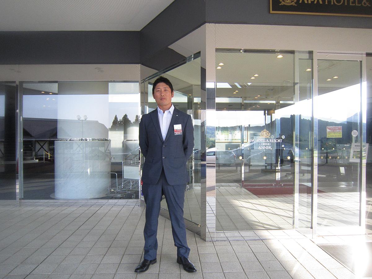 会場の入口には、菅野副委員長です。