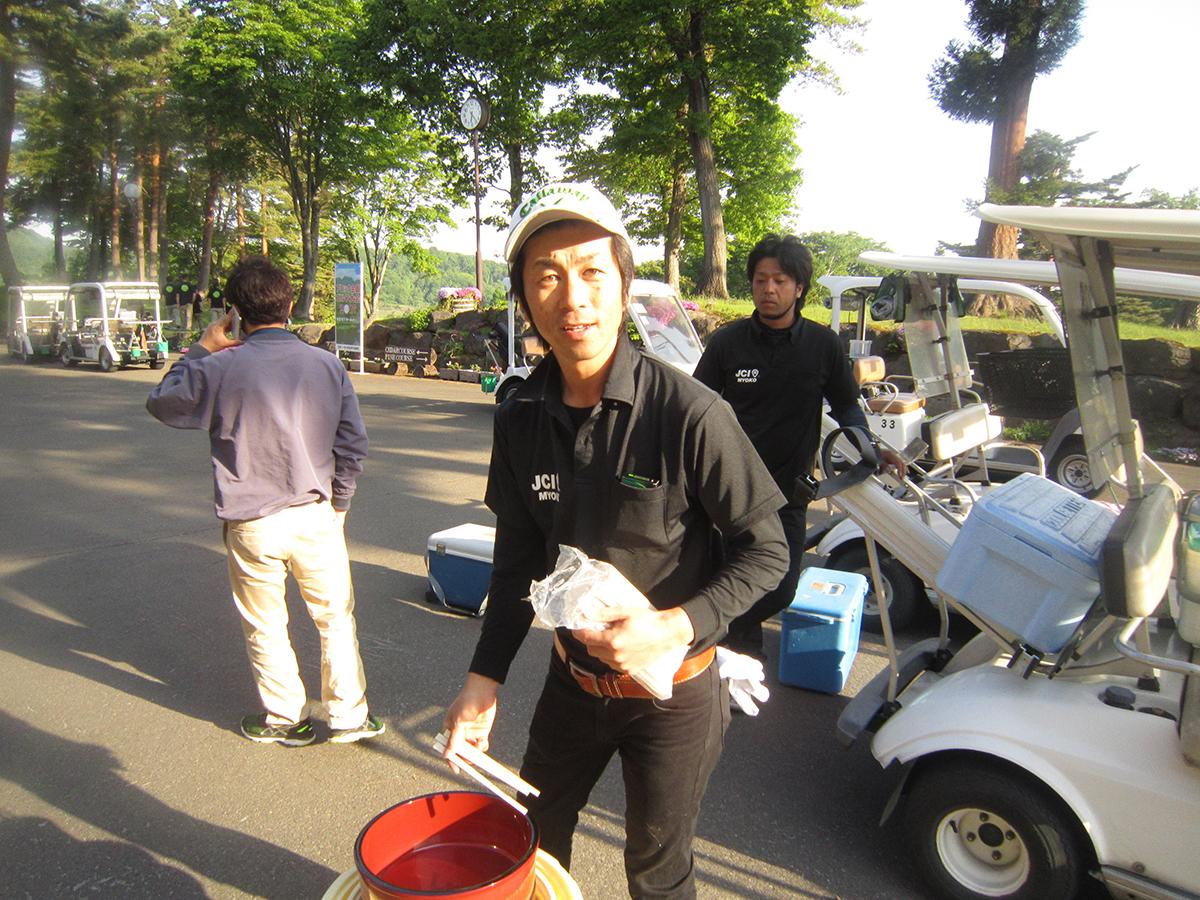 稲生委員も、荷物を持ってゴルフ大会の開始に備えます。