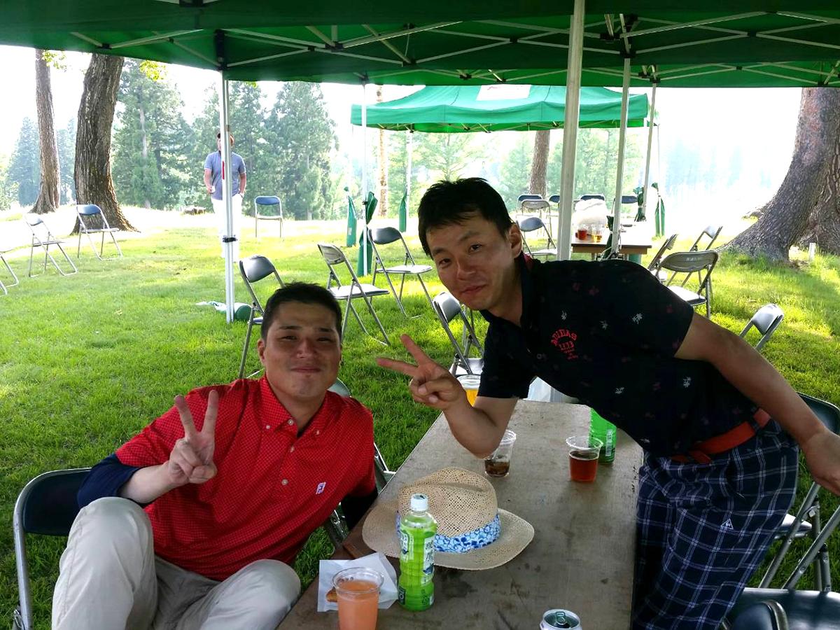 新潟ブロック協議会の石黒会長(左)と、妙高JCの中田理事長(右)です。石黒会長は中田理事長と同じ組でプレーをされていました。