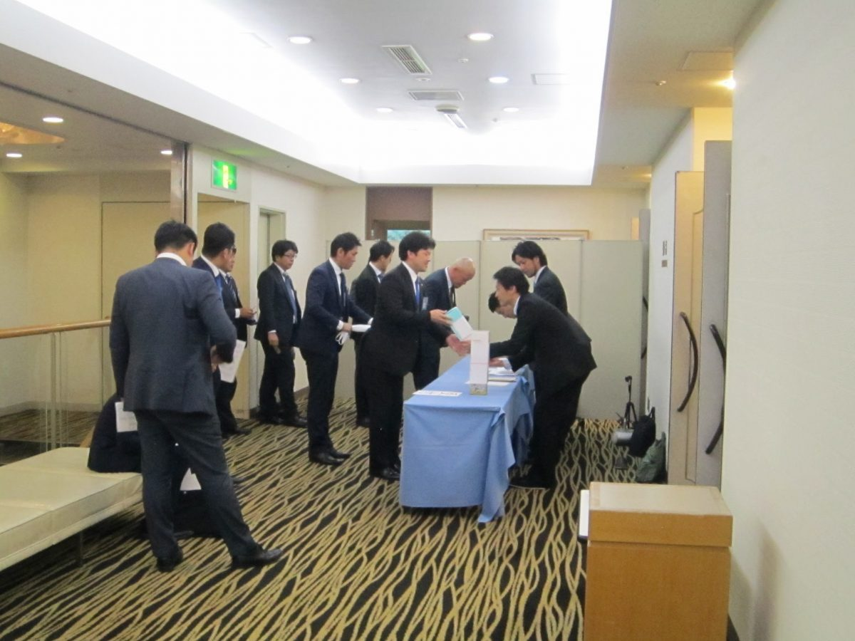 懇親会の会場には、総会を終えたメンバーや、ここから参加するメンバーが集まってきました。