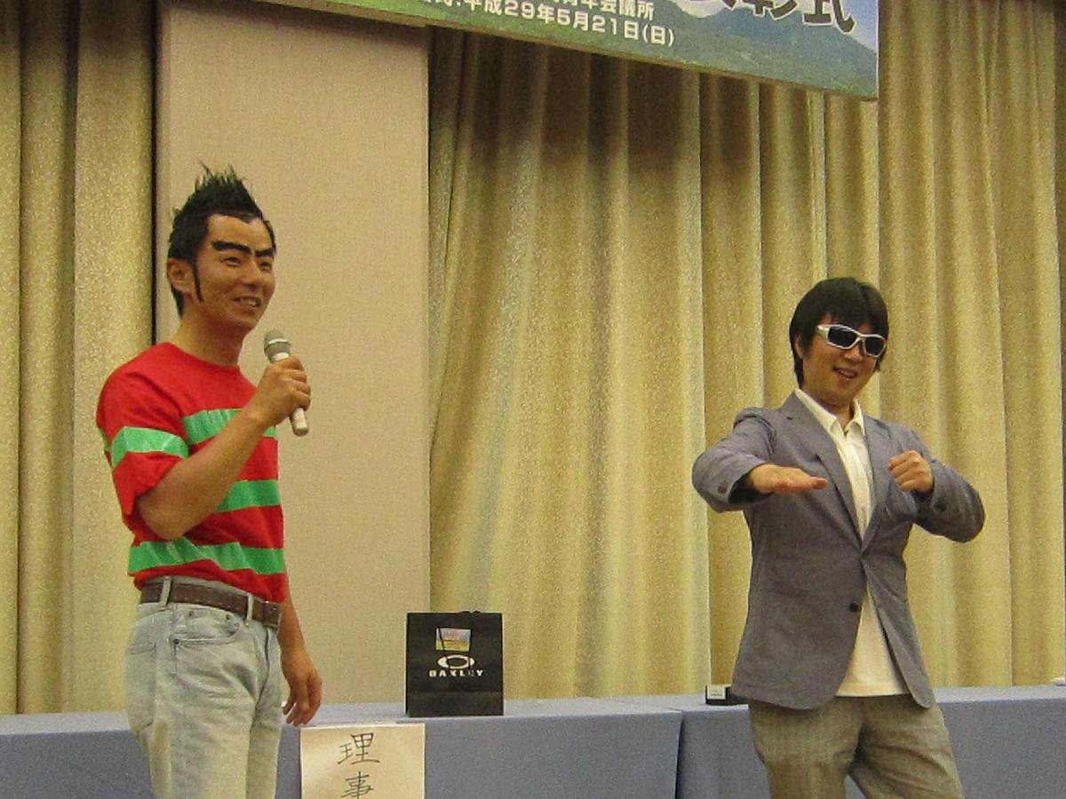 表彰式が始まりました!それぞれの青年会議所の理事長がプレゼンターとなる「理事長賞」の授与で、中田理事長(左)も壇上に上がりました。