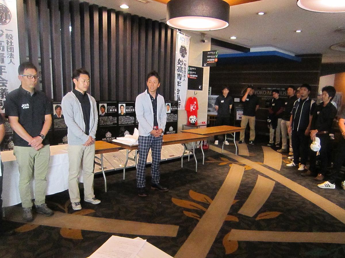 メンバーも揃い、参加者の皆さんが到着される前に、中田理事長(中央)から「頑張っていきましょう!」とお話がありました。
