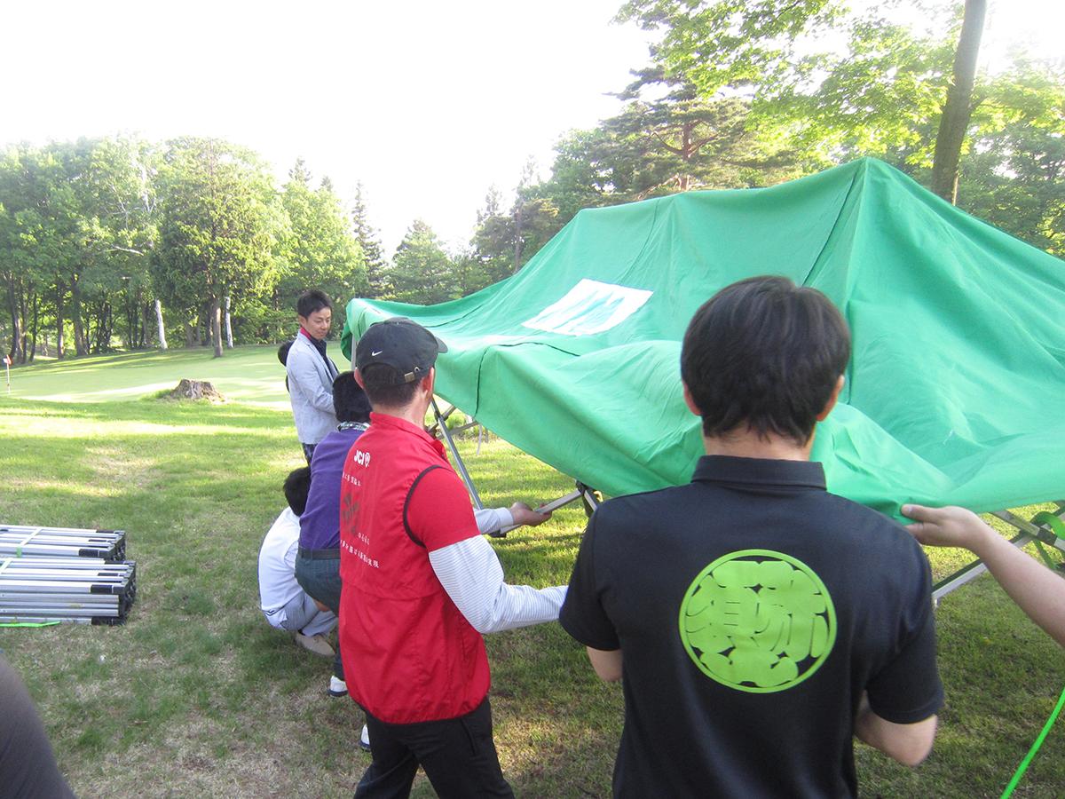 テントの設置作業中。晴天だった当日は、利用されていた方も多かったようです。