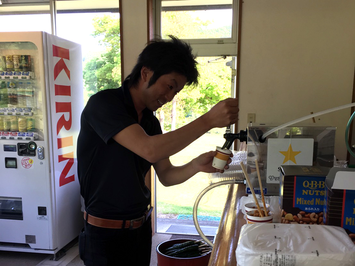 飲み物を補給しているのは稲生委員。コースを回る皆さんの補給のために活躍していました。