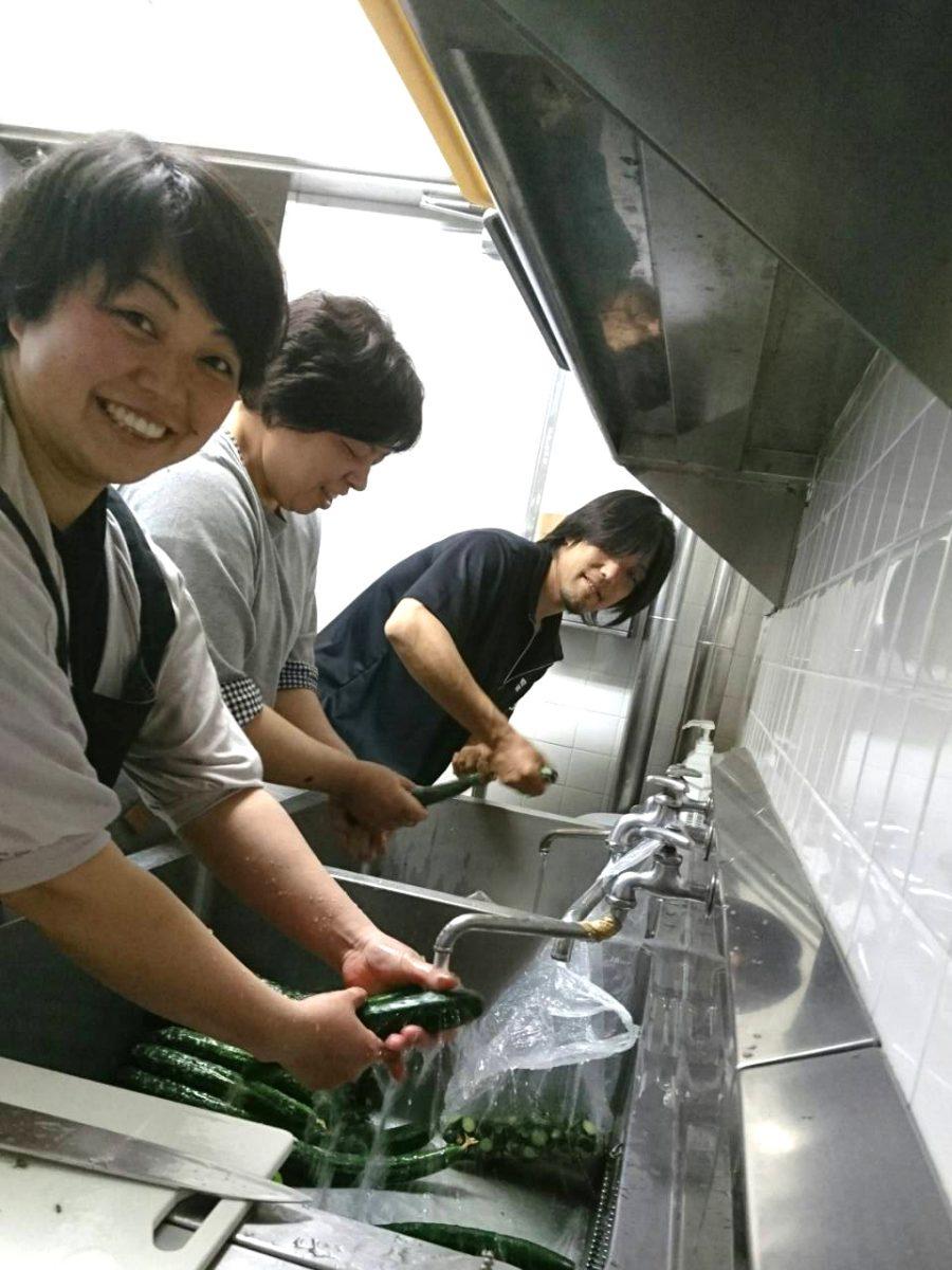 参加者の皆さんに提供するキュウリを用意しているのは、岡田委員(左)と小林委員長(中央)、そして横尾副委員長(右)です。