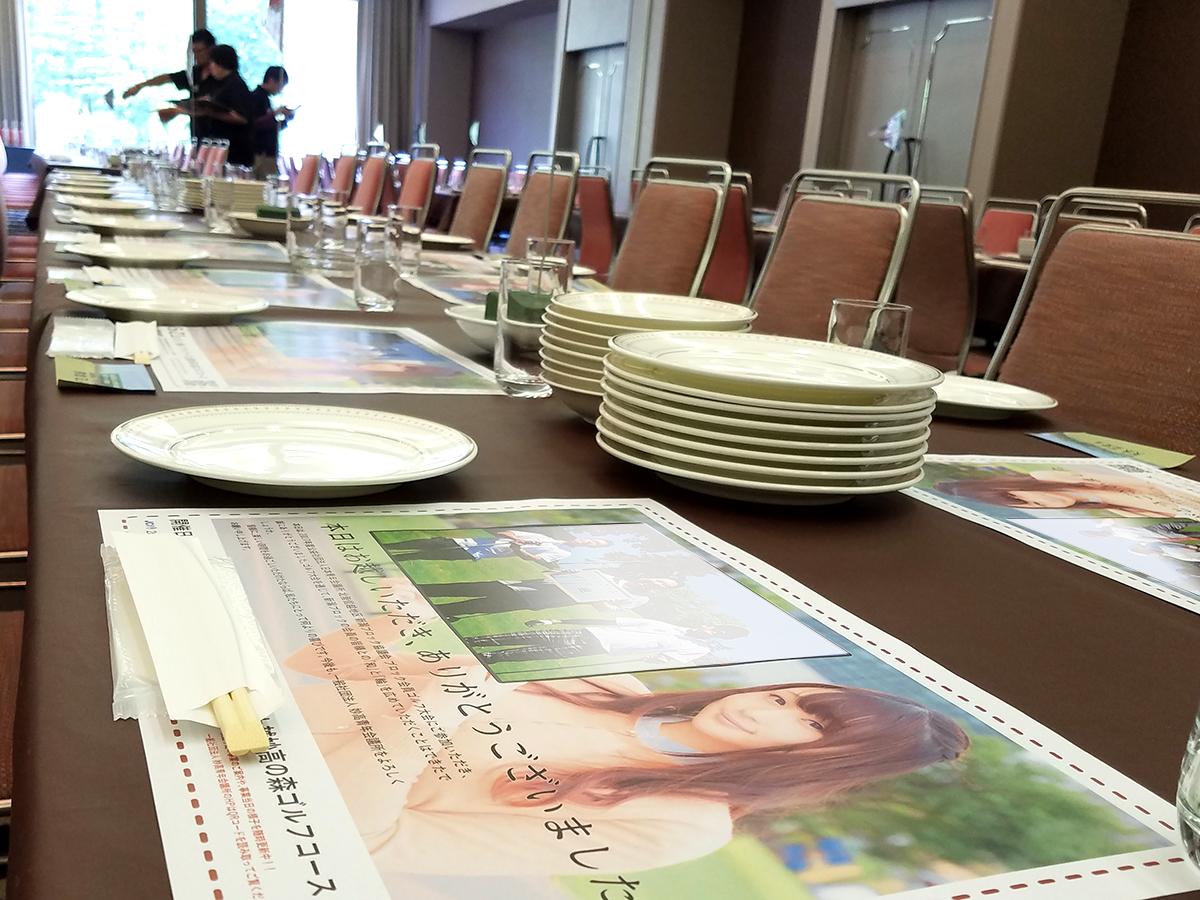 表彰式の会場へ皆さんをご案内する前に、それぞれの席に「ランチョンマット」を置いていきました。左上の枠には、当日の写真がプリントされておりました。