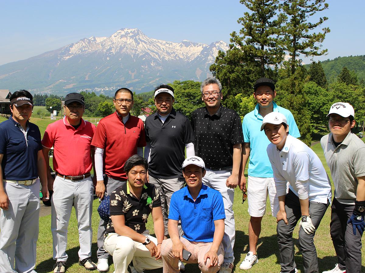 シーダーコースからプレーされていた皆さんが集まって1枚。青空のもと、ゴルフを楽しんでおりました。