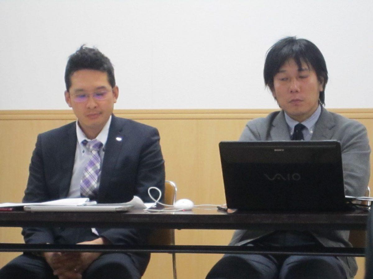 それぞれの説明に聞き入る、小林実行委員長(左)と財務渉外部会の藤村部会長(右)です。