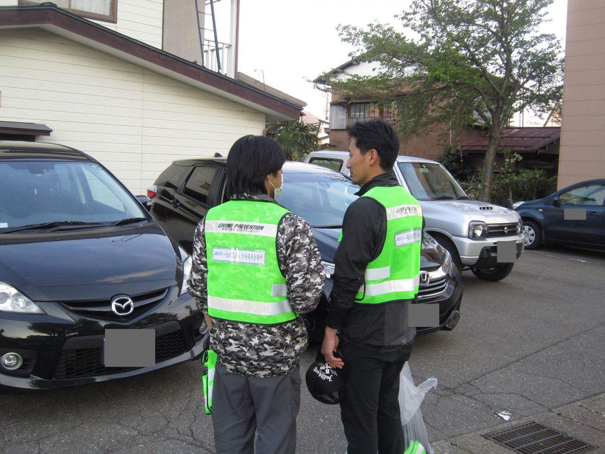 青色回転パトロールを担当する会員交流委員会の山川委員長(右)と横尾副委員長(左)の事前打ち合わせです。