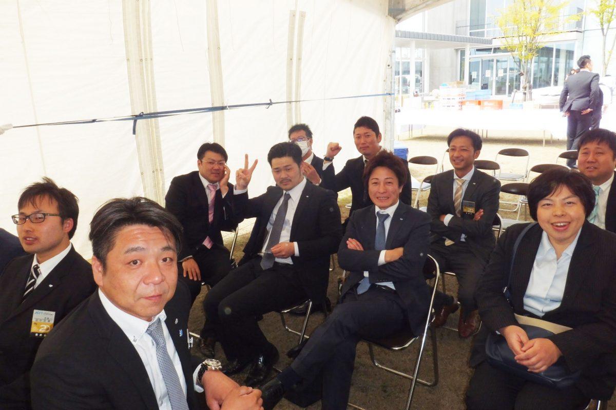 式典が始まる前、しばしのリラックスタイムに妙高青年会議所のメンバーで1枚撮りました。