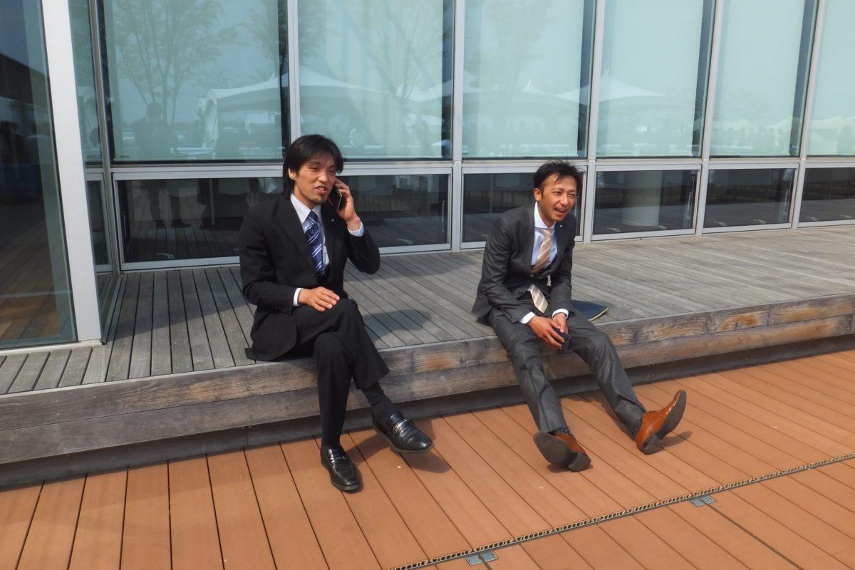 休憩時間の1コマ。会員交流委員会の横尾副委員長(左)と、青少年育成委員会の乗木委員(右)も春の陽気で気持ち良さそうです!