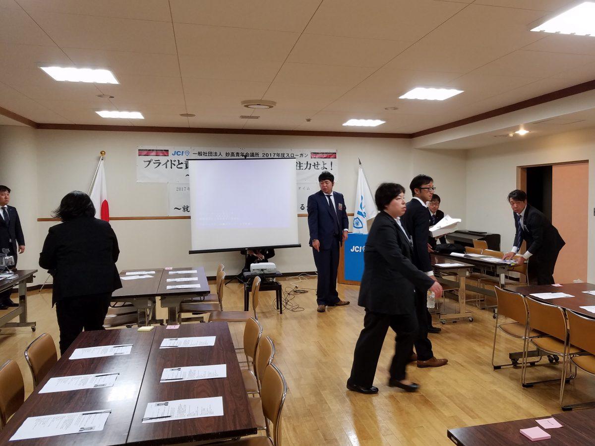 小林委員長を中心に、まちの力醸成委員会のメンバーが会場の設営をしております。