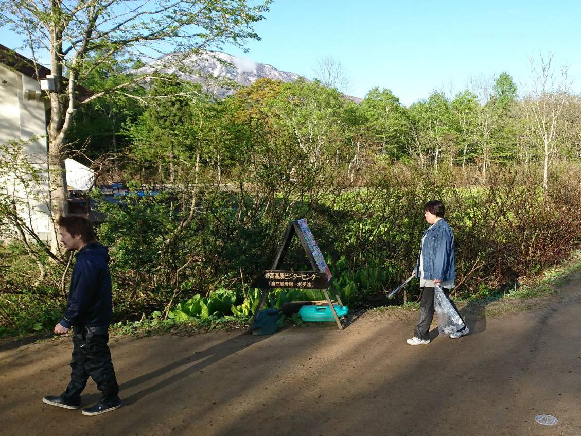 いもり池周辺を回りながら落ちているゴミを拾う、丸山委員長とまちの力醸成委員会の小林委員長。