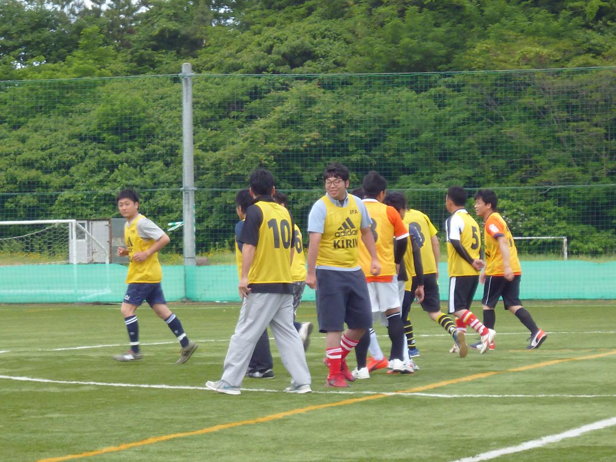 相手チームとの挨拶の後、メンバーがそれぞれのポジションに散らばって行きます。