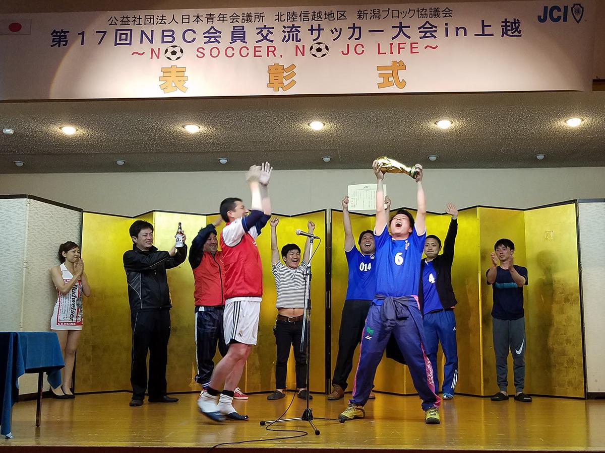 優勝はポンコツFC(長岡JC)の皆さんでした。MVPの受賞とあわせて、おめでとうございます!なお、準優勝は刈谷田FC(栃尾JC・見附JC)の皆さん、3位はサムライ古町-新潟-(新潟JC)と上越謙信サッカー部(上越JC)の皆さんでした。