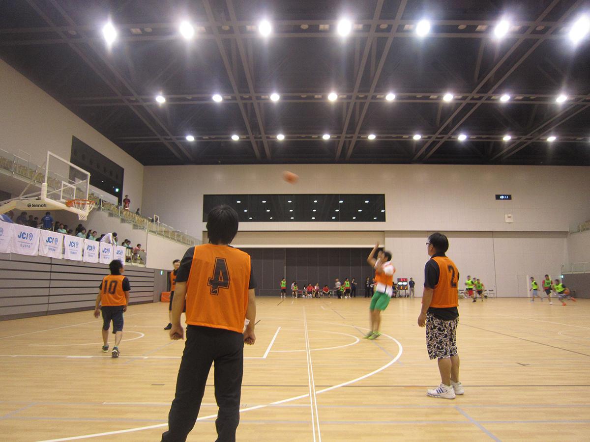 試合の前に妙高JCメンバーで練習です。妙高JCバスケ部キャプテンでもある山川委員長のシュート!