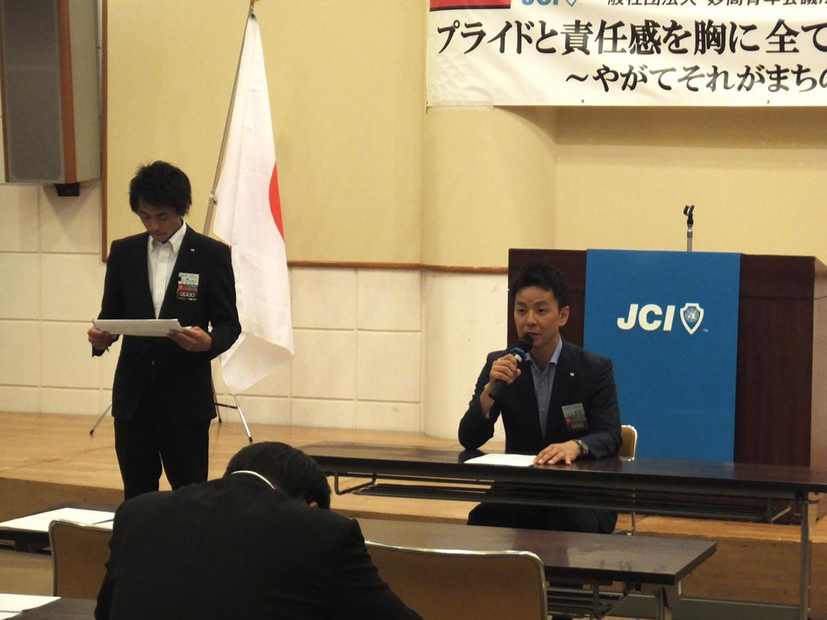 最初に、7月臨時総会が行われました。議長として中田理事長(右)が進行を務め、一部の審議事項では吉田専務理事(左)が答弁を行いました。