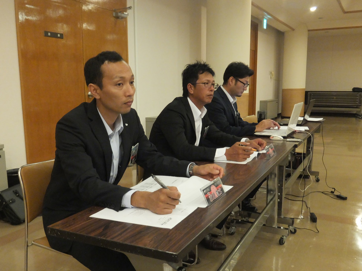 総会の様子を市川監事(左)や横山監事(中央)も見届けています。そして議事録の担当が阿部副委員長(右)です。