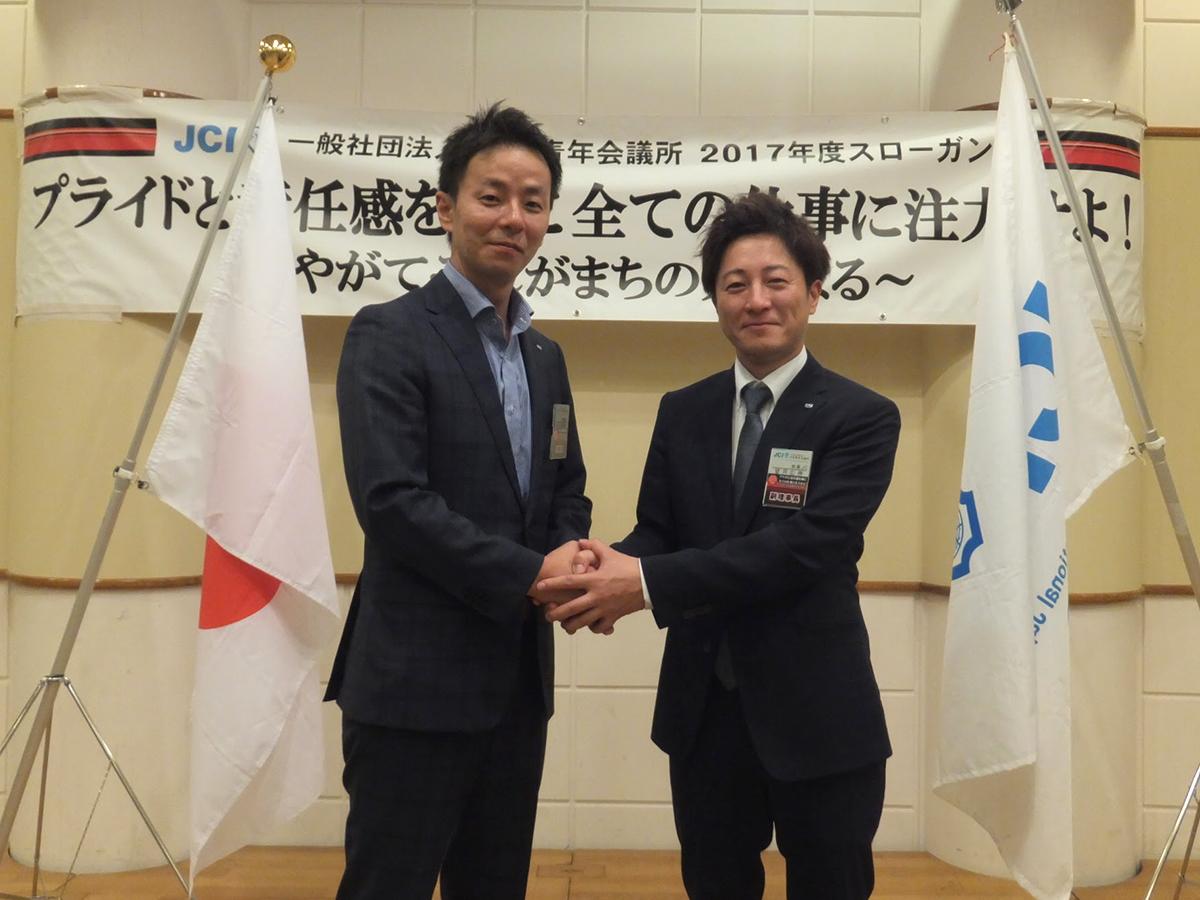 解散後、望月次年度理事長予定者の写真撮影が行われました。中田現理事長とガッチリ握手を交わしています。