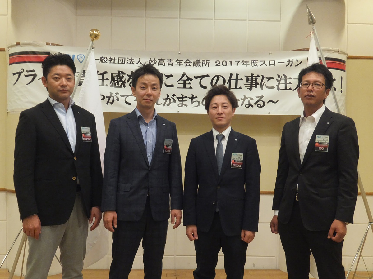 岡山直前理事長(左)と横山監事(右)も加わり、理事長経験者にて1枚撮影しました。