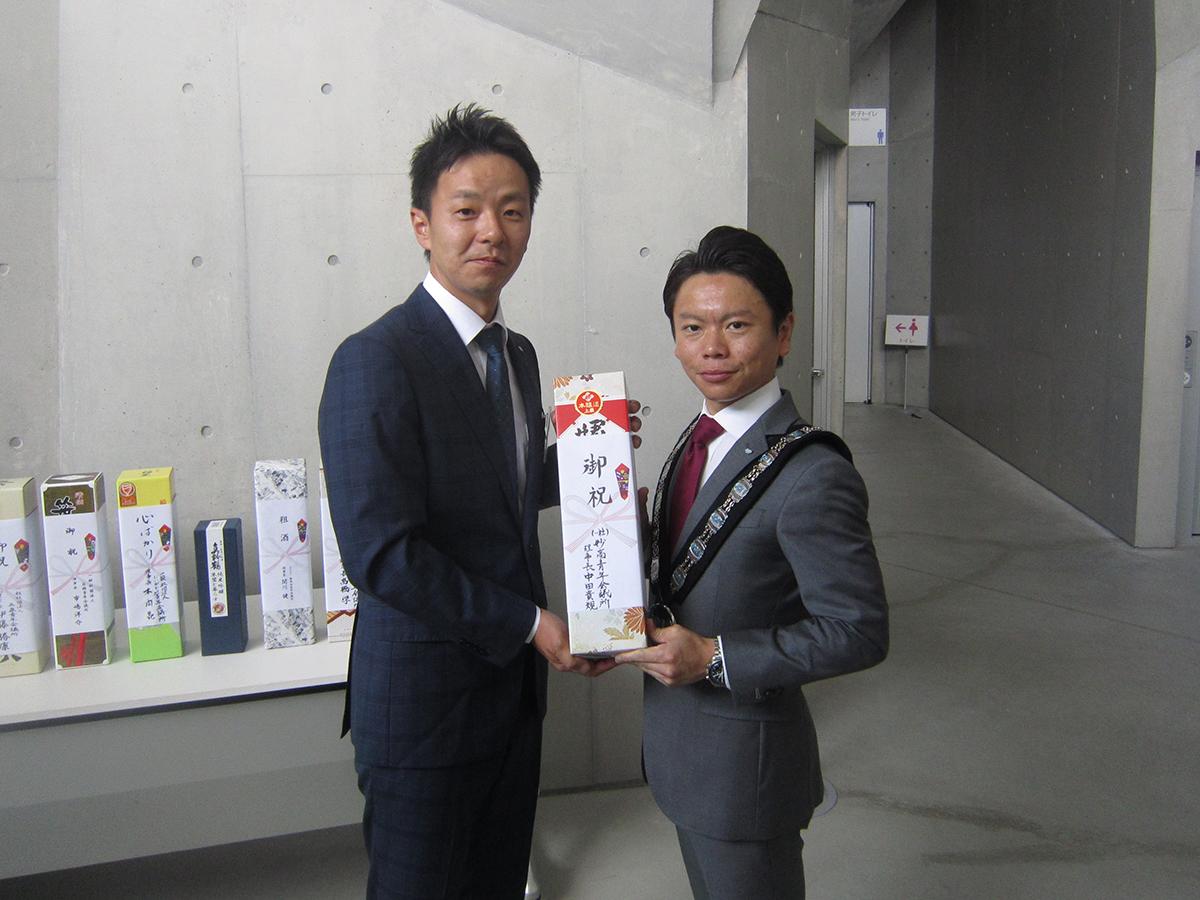 会場にて、新津JCの土田理事長(右)へ、妙高JCの中田理事長(左)より、祝い酒の贈呈です。
