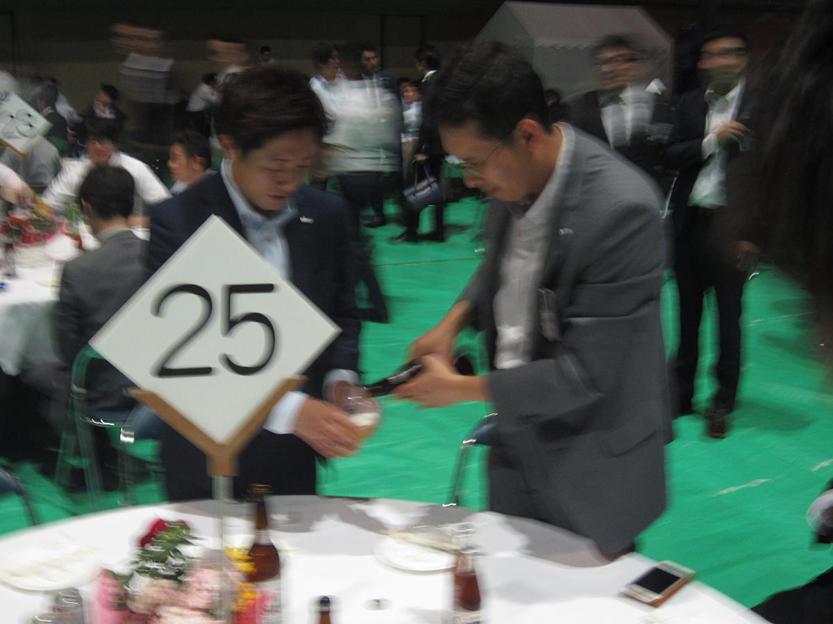 会場を移して、祝賀会へ。望月次年度理事長予定者(左)と小林次年度監事予定者(右)も仲良くお酒を酌み交わしていました。