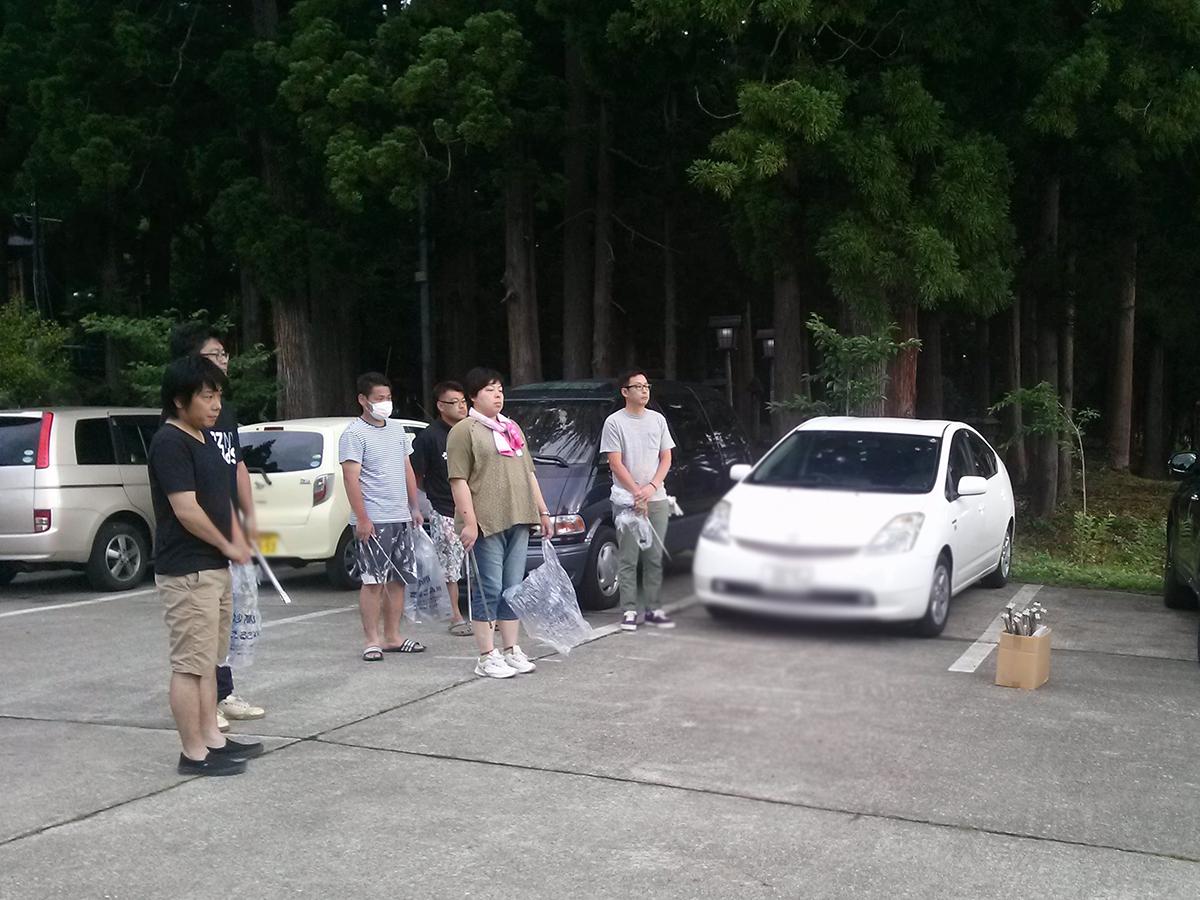 火祭りを終えた7月17日(祝)の朝6時ころ。メンバーが関山神社に集まりました。