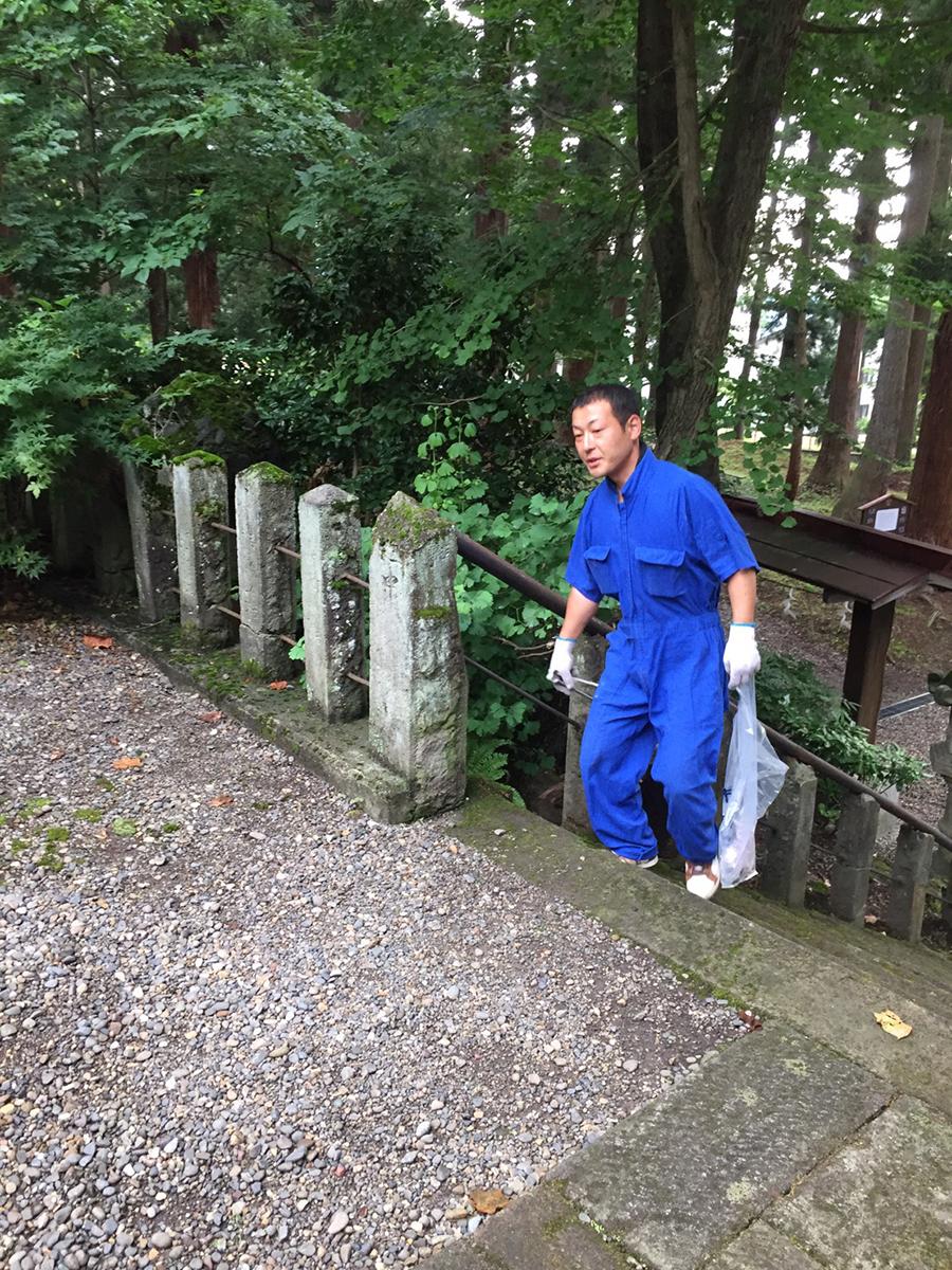 内田委員もゴミ集めを頑張っています。