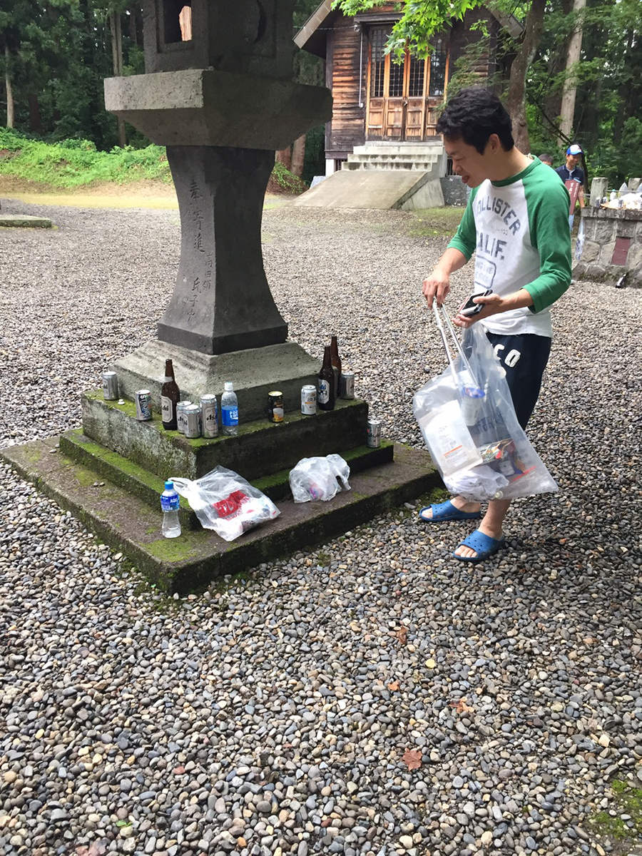 ビン、缶、ペットボトルなどを回収していく相羽副委員長。