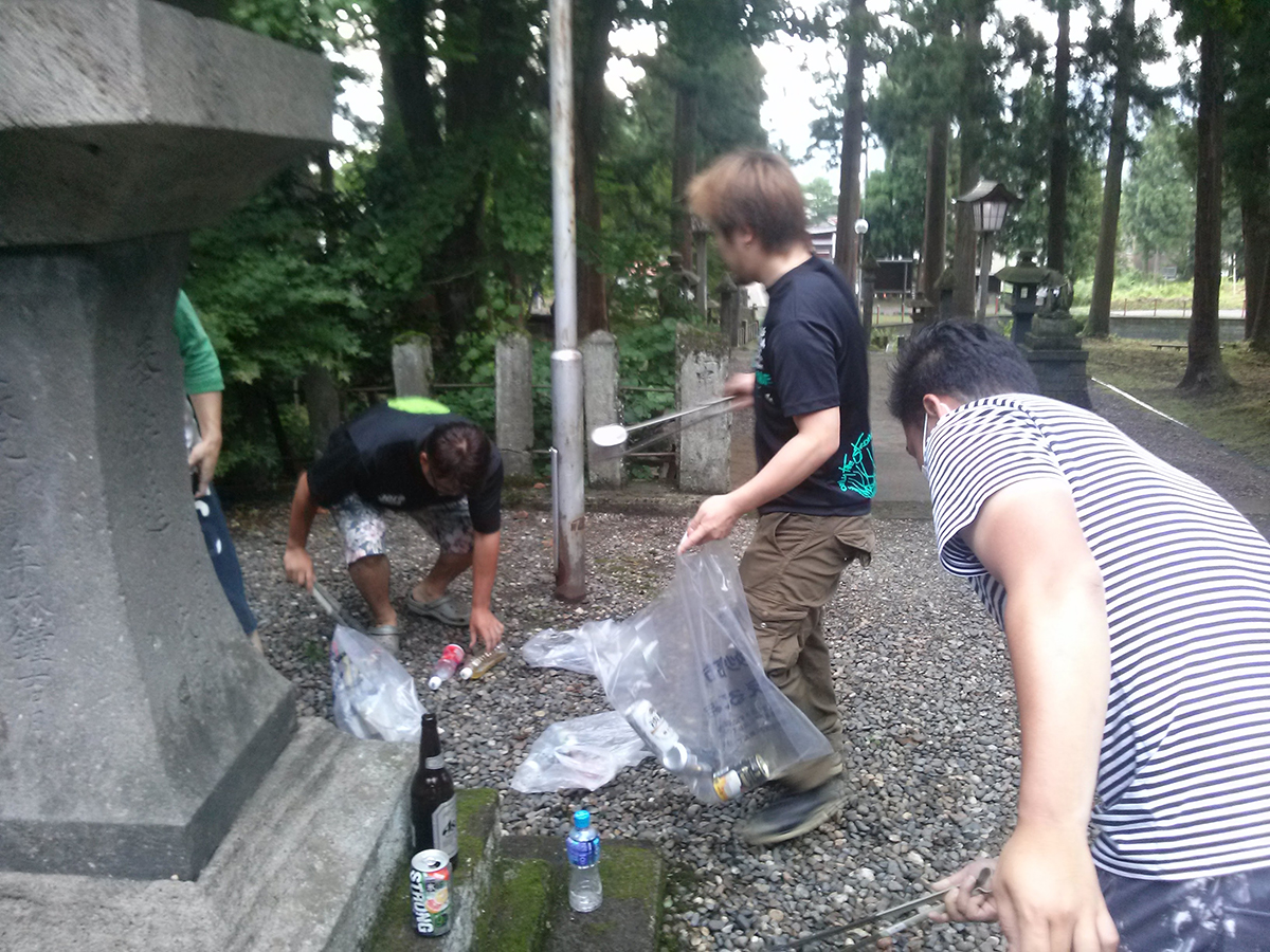 青少年育成委員会の丸山委員長(右から2番目)も、皆さんに声を出しながらゴミを拾っていきました。