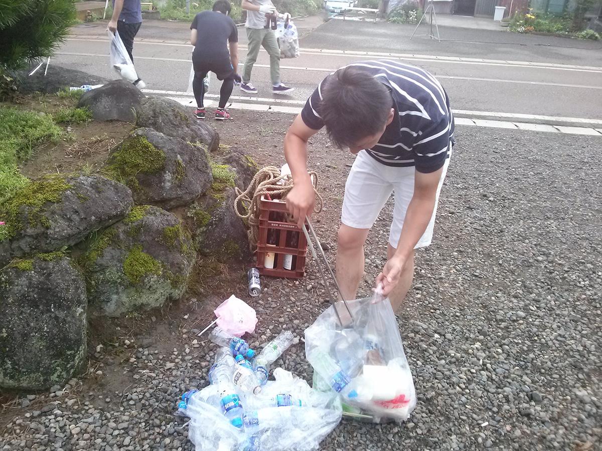 こちらは関山神社から少し下ったところ。中田理事長もペットボトルのゴミなどを分別していきました。