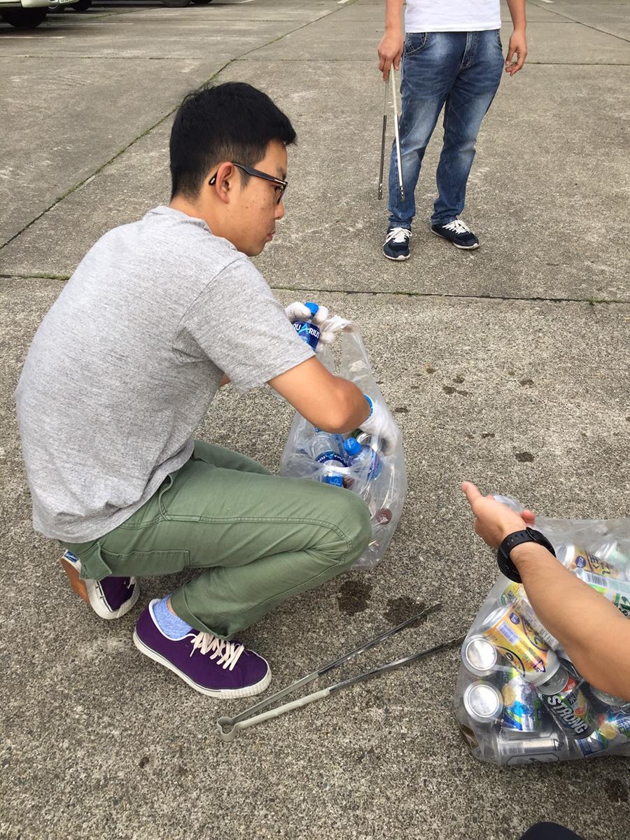 徳永委員はペットボトルを仕分け中です。