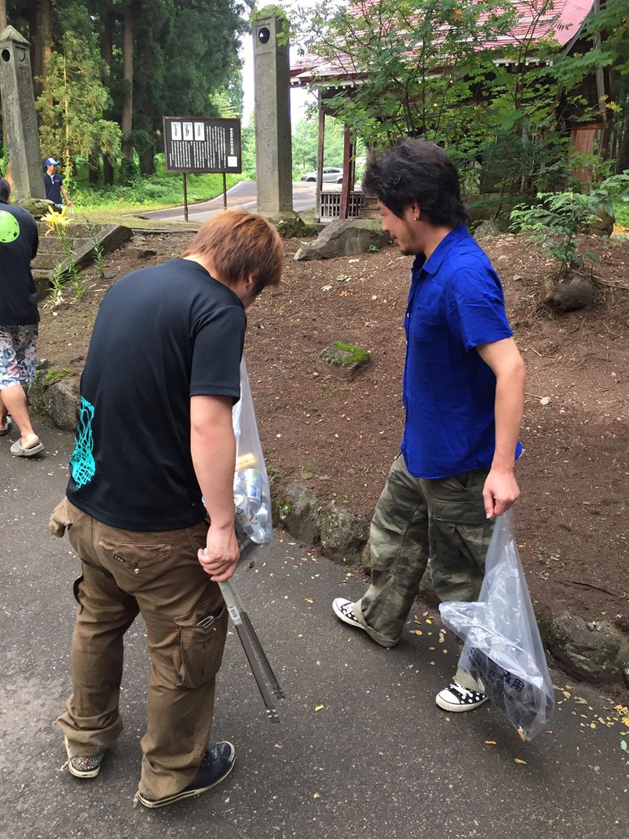 池田委員(右)も丁寧に目を光らせて、ゴミが残っていないか探していました。