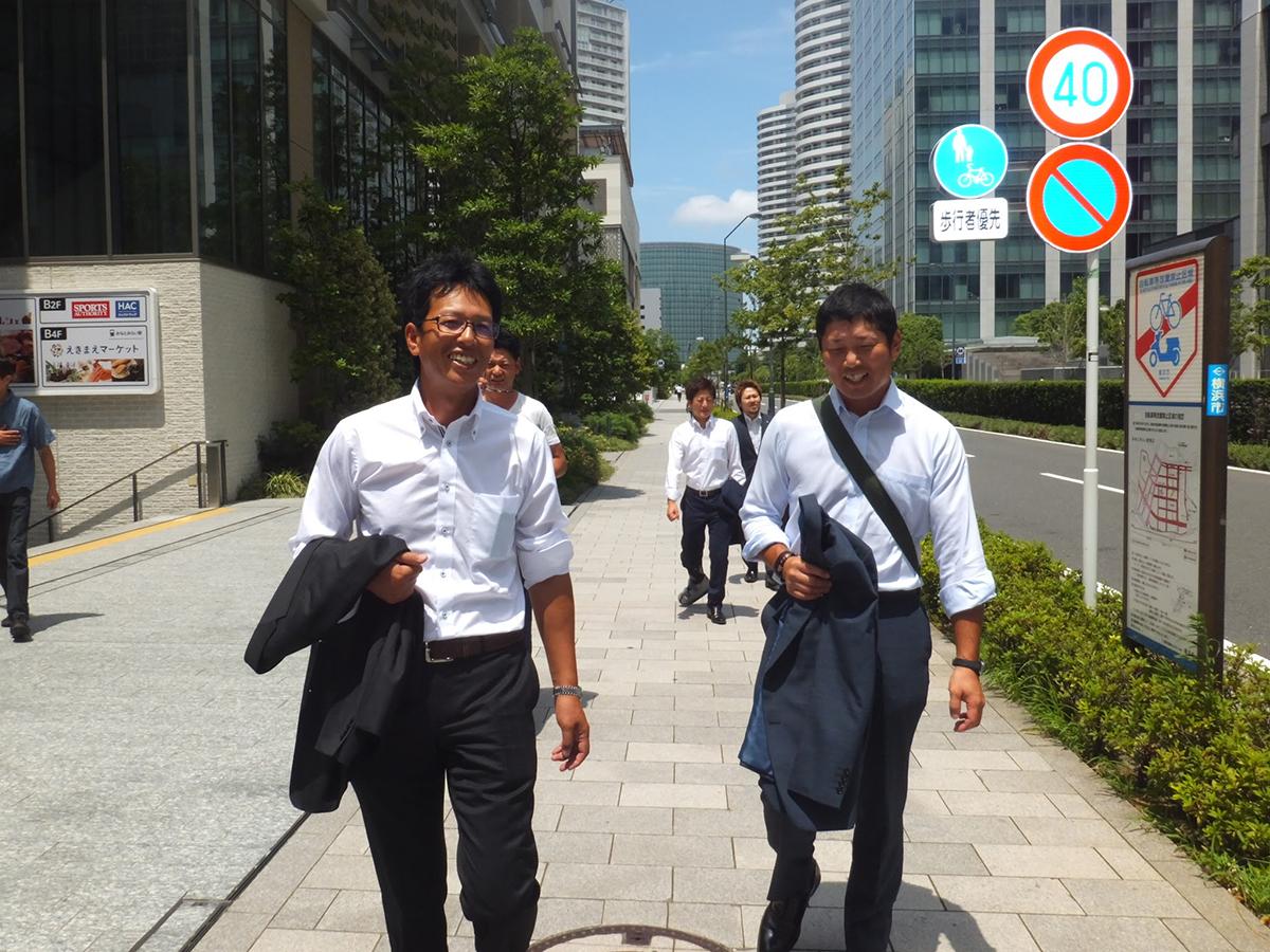 横浜の天気は青空!横山監事(左)や菅野副委員長(右)も上着を脱いで会場へと歩いています。