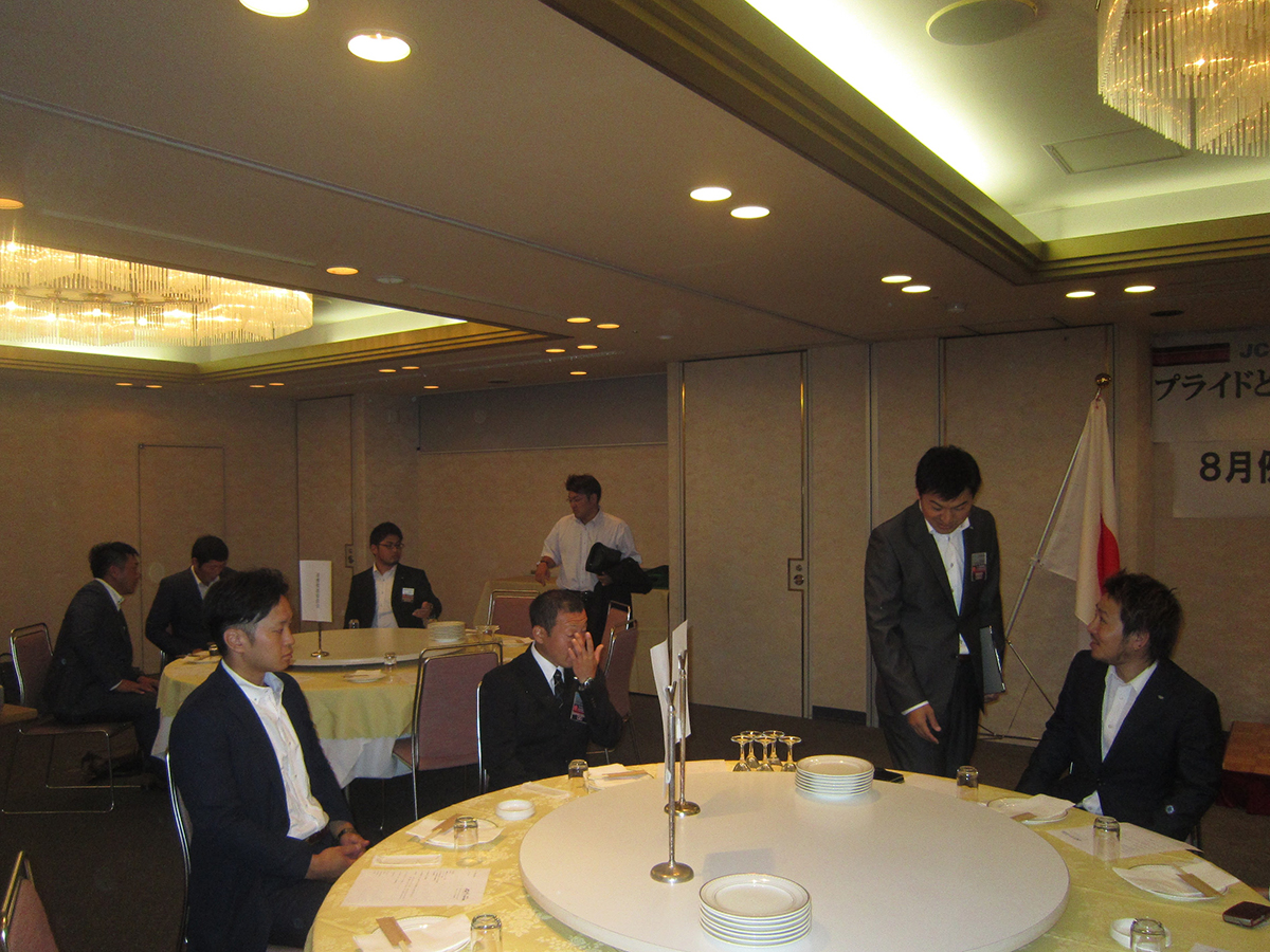 本日の例会・フリータイムは、委員会ごとにテーブルを囲む形で始まりました。