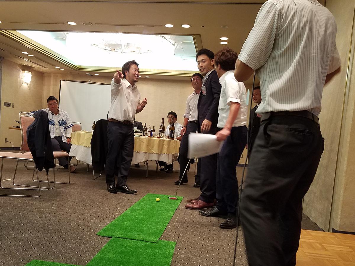 ゴルフ形式で、会場内に設けられたコースに、各委員会のメンバーが順に打ちながら何打で入るかを競い合いました。