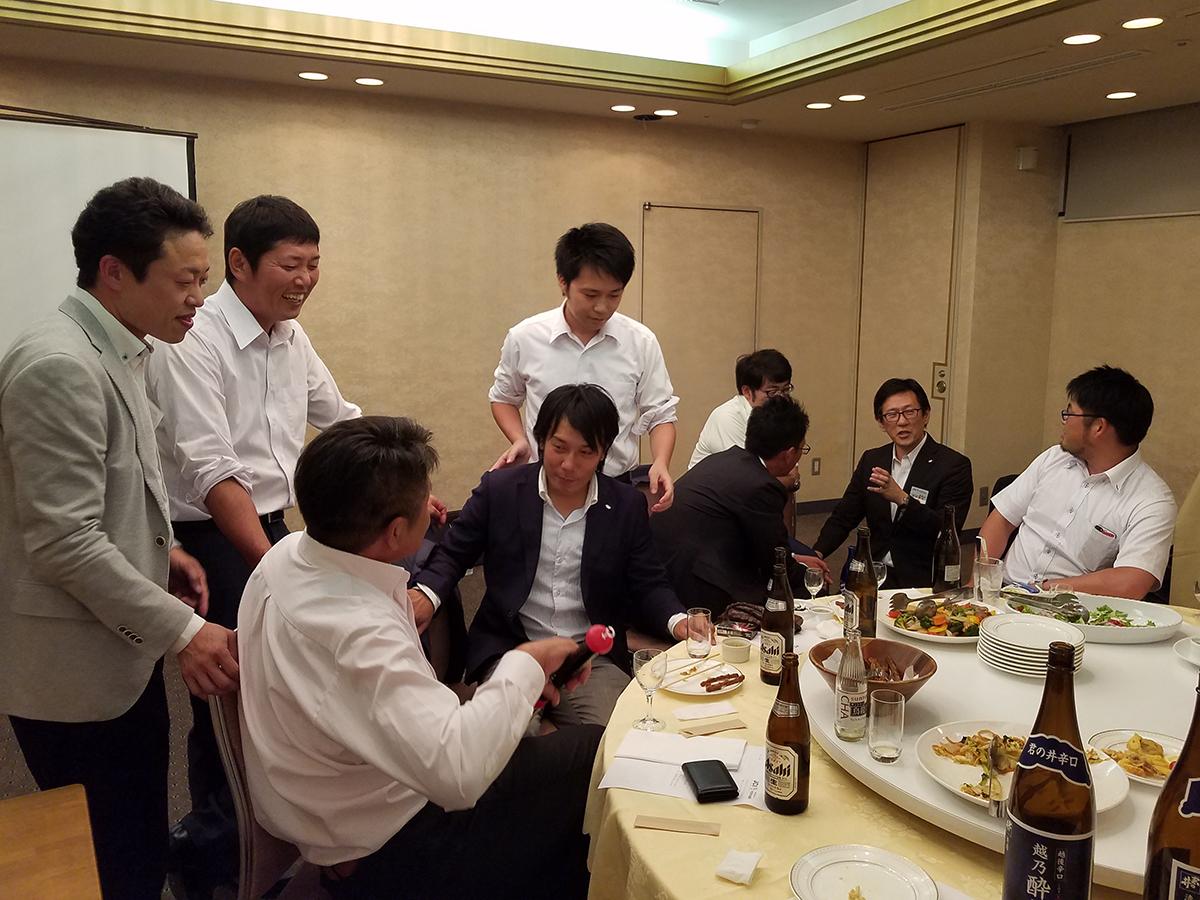 ゴルフに挑戦し終えた皆さんは、テーブルに戻って久しぶりにゆっくり話すメンバーと談笑したりしていました。