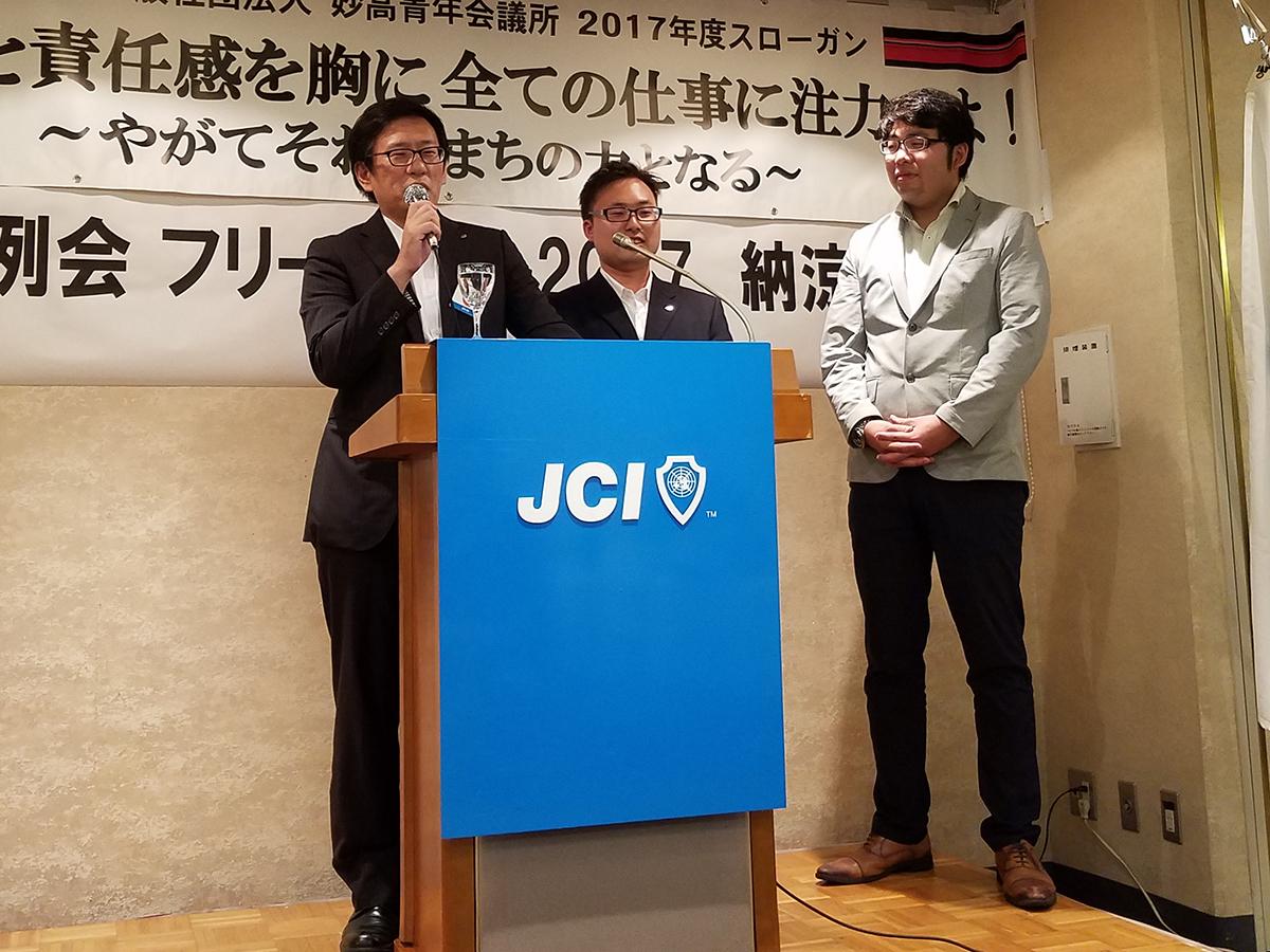 フリータイムを終え、3分間スピーチです。今回は急遽、田中姓を名乗る2人のメンバー(左・中央)が壇上に立ち軽快なトークを披露していました。また、中田副理事長(右)が次回の3分間スピーチを担当することになりました。