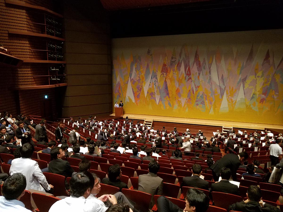 まもなく式典開始です。新潟ブロックのそれぞれの青年会議所をはじめ、たくさんの参加者の皆さんが訪れていました。