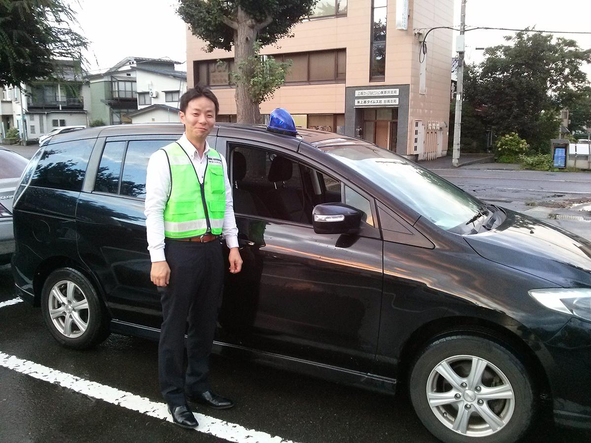 中田理事長には出動前に、車の前でポーズをとっていただきました。