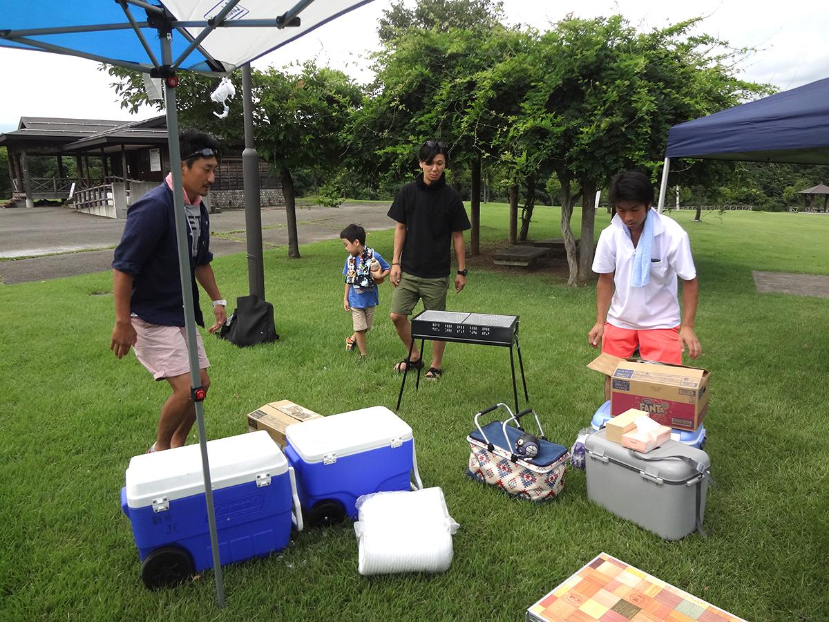 山川委員長(左)を始めとする会員交流委員会の皆さんを中心とする設営で、テント作りや食材の準備が進められて行きました。
